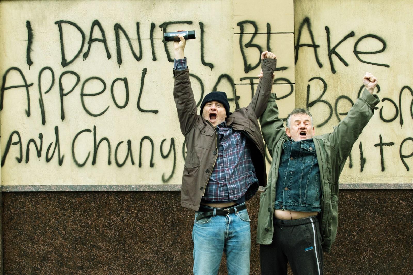 Daniel Blake (Dave Johns) et un passant