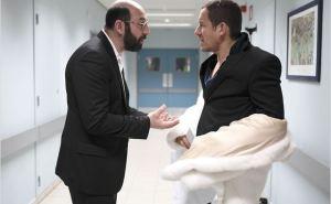 Pas tous les jours facile pour Dimitri Zvenka (Kad Merad) d'être le médecin traitant de l'hypo/hypercondriaque Romain Faubert (Dany Boon)