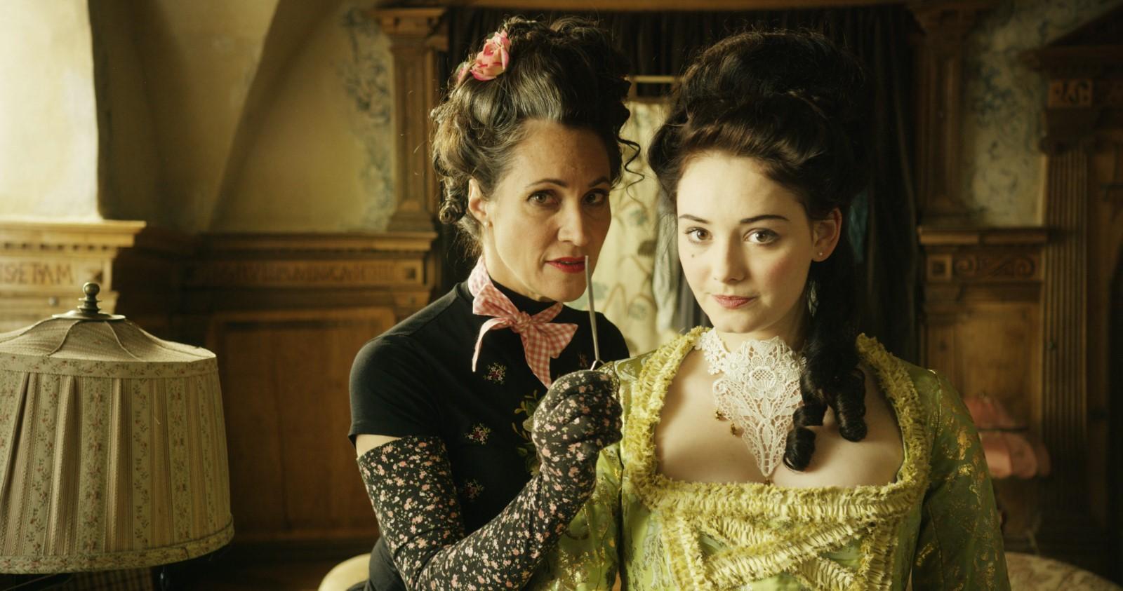 Madame Rossini (Justine del Corte) et Gwendolyn (Maria Ehrich)