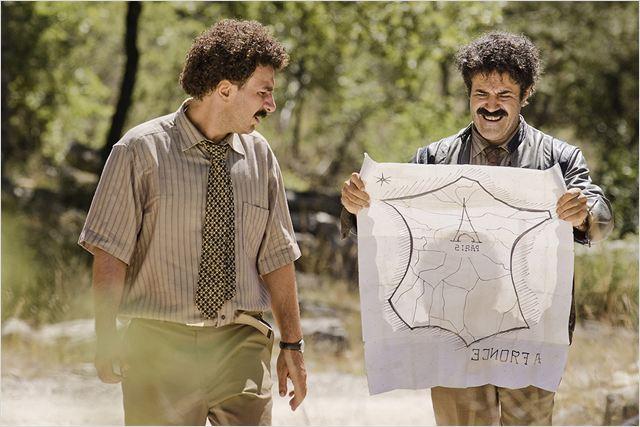 Feruz (Michael Youn) et Muzafar (José Garcia) sont un peu perdus en arrivant sur le sol français... Ou plutôt corse...