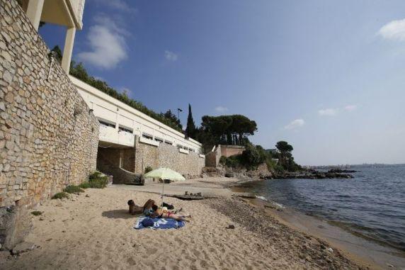 La plage de la Mirandole, en contrebas de la villa du roi d'Arabie saoudite