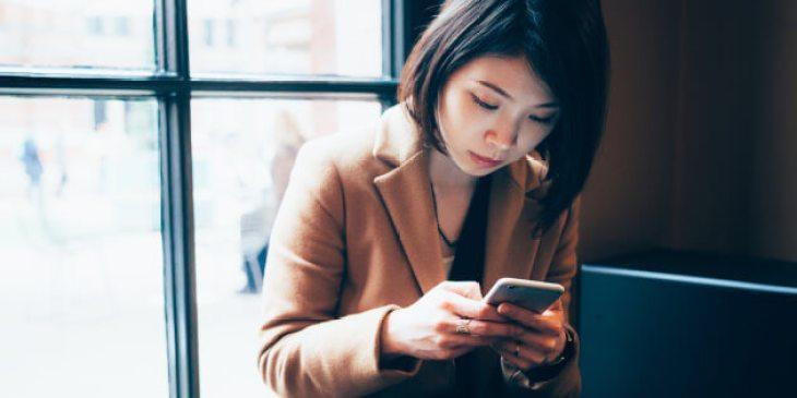 Femme utilisant son portable \ Getty Images