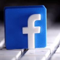 Facebook supprime des centaines de groupes liés au mouvement complotiste QAnon