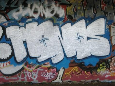 besancon 24.12.12 graffiti oper-monos (3)