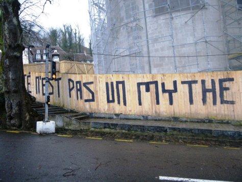 la fraternité n'est pas un mythe - graff - besancon - dec 2012 (1)