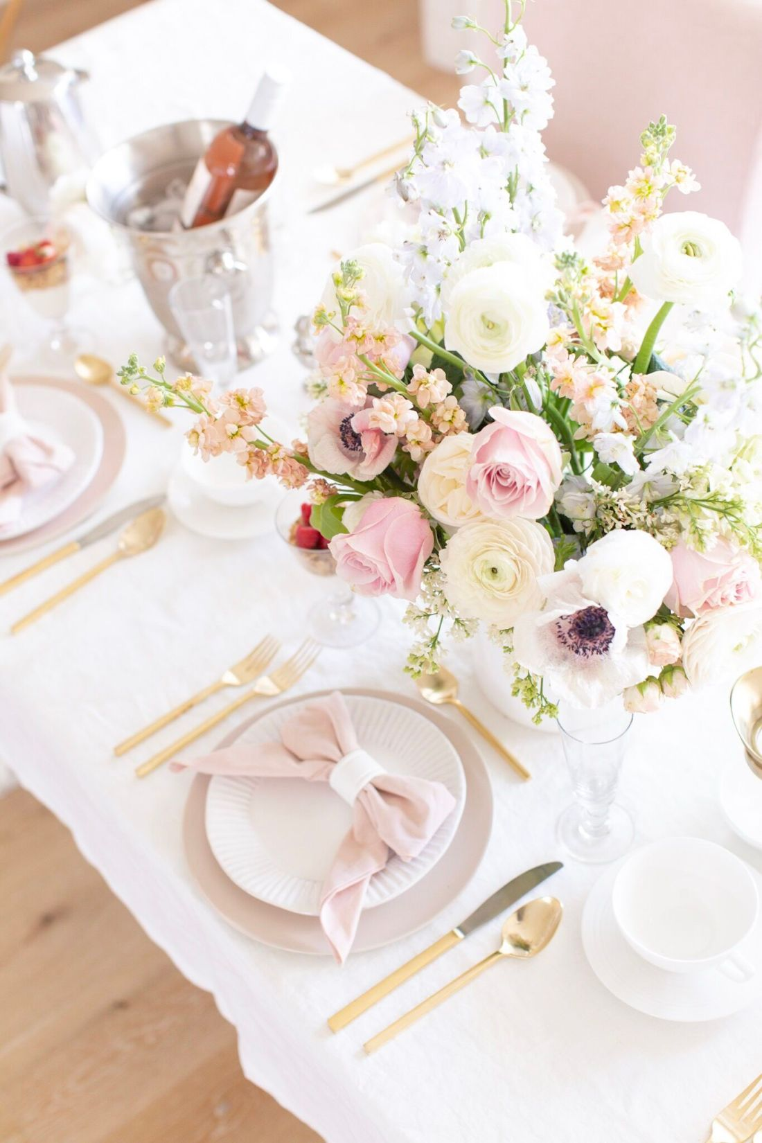 Mother's Day brunch table and menu with a complete entertaining guide !