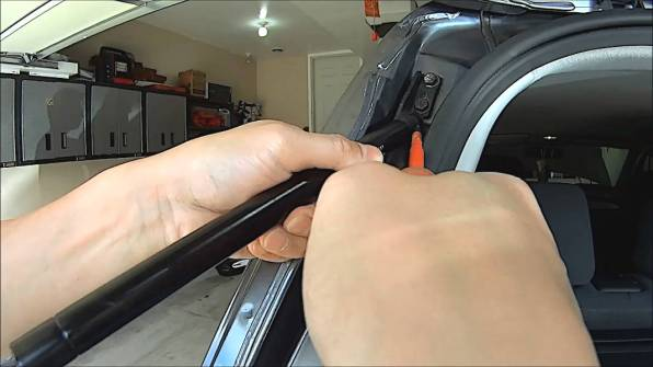 Removing a gas strut / gas spring using flathead screwdriver on spring clip (Body end)