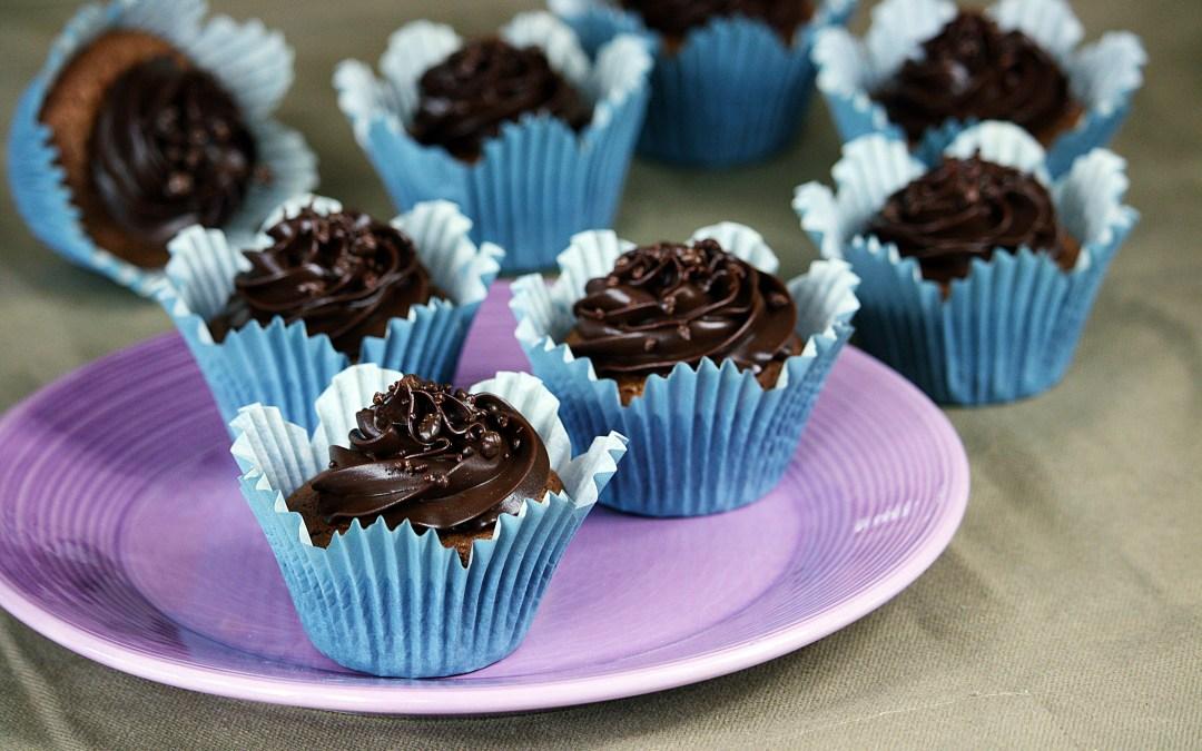 Kladdiga chokladcupcakes med ganache