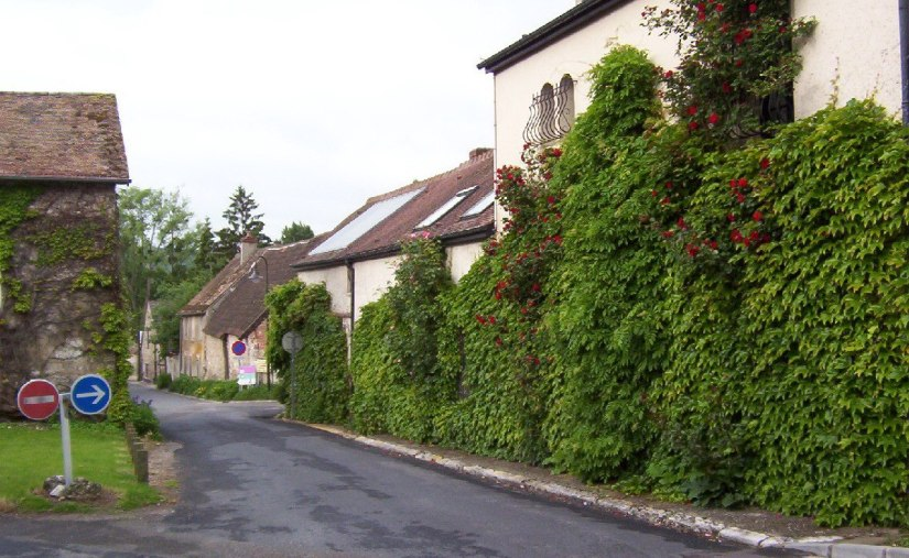 An image of a street scene in Giverny, France.