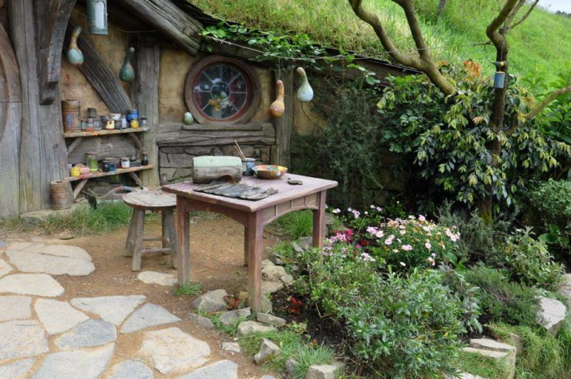 gourd-artists-painting-table-at-hobbiton-movie-set-new-zealand