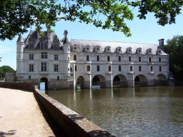 An image of Chateau de Chenonceau in the Loire Valley in France.
