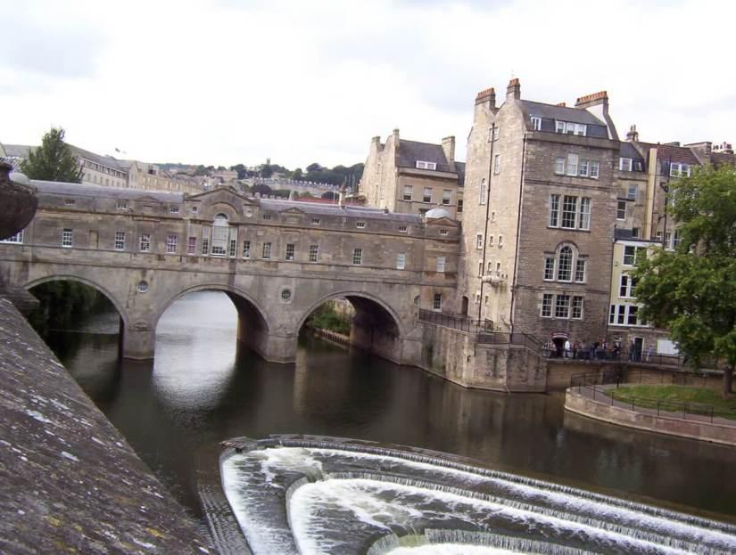 pulteney bridge and weir, avon river, bath, england
