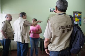 DOMINICAN REPUBLIC, Santo Domingo : An international observer takes a picture at a polling station during general elections in Santo Domingo on May 15, 2016. Voting began Sunday in the Dominican Republic's presidential election, where incumbent leader Danilo Medina is tipped to win despite grinding poverty and widespread crime. / AFP PHOTO / Fran Afonso