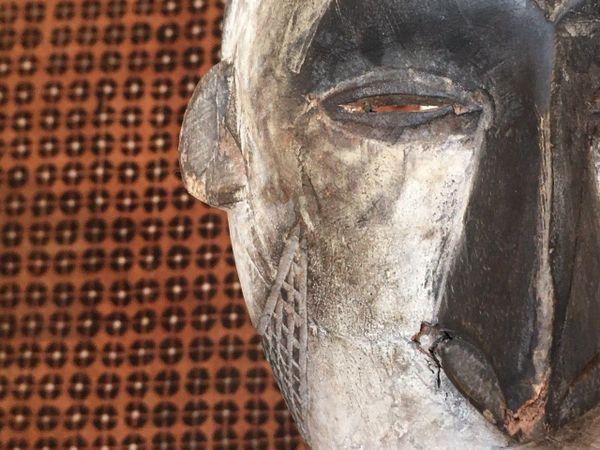 Masque (en bois et argile blanche) de l'ethnie Ibo au Nigéria.