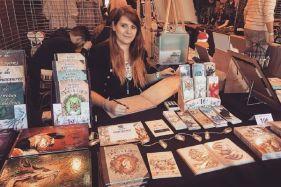 Maryline Weyl, photographiée à son stand lors d'un salon organisé par l'association Kakemono en 2019.