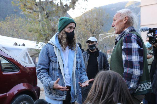 Julien Doré échange avec un habitant qui l'a interpellé sur la situation de la Vésubie après le passage de la tempête.