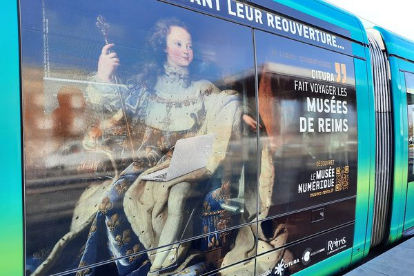 Ce portrait de Louis XV, sillonne les rues de Reims, sur les flancs du tramway.
