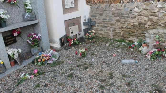 The plaques torn off in the cemetery of Osséja (Pyrénées-Orientales), on February 13, 2020. / © Laure Hostalrich
