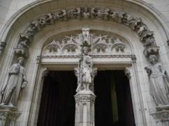 Porte de la chapelle. Sur le pilier central de la porte, Viollet-le-Duc est représenté en habit de pèlerin, entouré de Louis d'Orléans et son épouse Valentine Visconti. - © https://franceetmerveilles.wordpress.com - Tous droits réservés