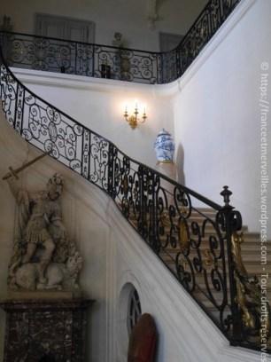 """L'escalier d'honneur - La rampe est ornée du chiffre """"LC"""" de Louis Cahen."""