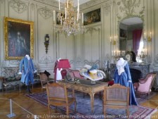 Le salon d'angle était une chambre à coucher au XVIIIème siècle. Louis Cahen en fait son bureau de travail.