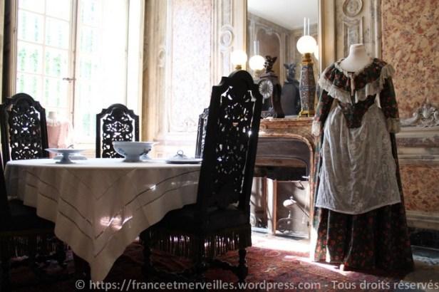 La salle à manger des enfants est située dans l'ancienne salle de bain de la Pompadour. Le décor est en stuc et imite le marbre.