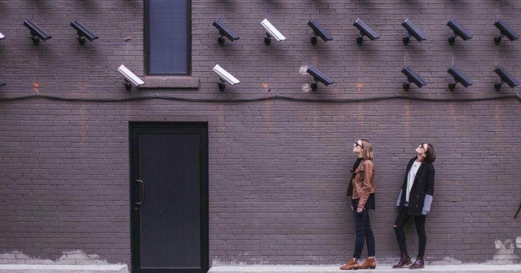 Muro con telecamere di sicurezza