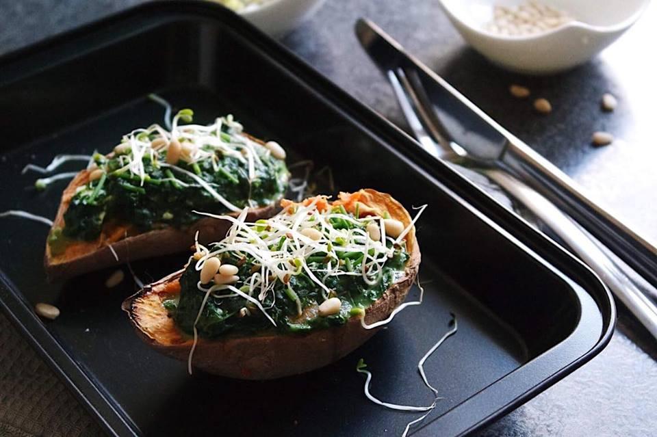 Gefüllte Süßkartoffeln mit Spinat und Pinienkernen