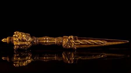 22094659-coltello-kila-kila-il-buddismo-tibetano-o-phurba-è-un-rito-tre-coltello-lati-associato-alla-divinità-di-
