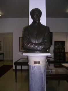Busto bronzeo di Giuseppe Mazzini, presso la Domus Mazziniana, realizzato nel secolo scorso dallo scultore livornese Giulio Guiggi.