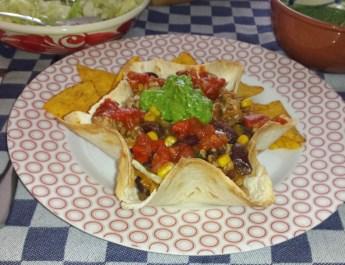 Tortillabakje met kip en tacosaus