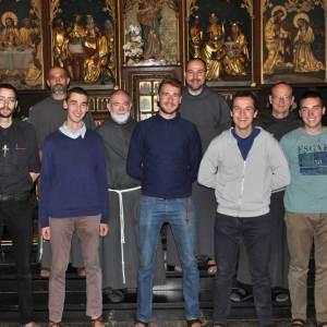Cinq postulants entrent pour devenir Frère Franciscain