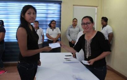 Alcaldesa Apoya Con el Costo de Inscripción a Alumnos Destacados del Cbtis 98