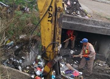 Realiza servicios públicos limpieza en drenes de la ciudad