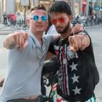 Des gens à Milan au mois de juin