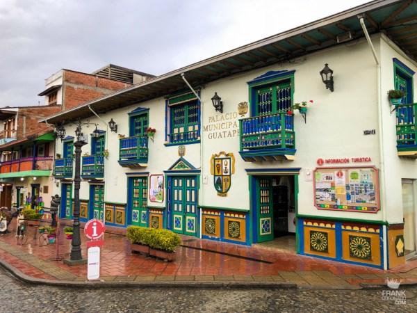 palacio municipal de guatape colombia
