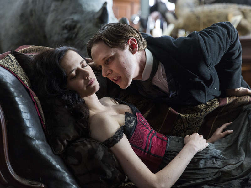 Eva Green as Vanessa Ives and Samuel Barnett as Renfield in Penny Dreadful (season 3, episode 7). - Photo: Patrick Redmond/SHOWTIME - Photo ID: PennyDreadful_307_0478