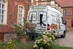 Stilvoll - das Auto des Modemuseums im Schloss Meyenburg (c) Frank Koebsch