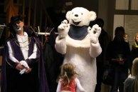 Begrüßung durch einen Eisbären und dem gestiefelten Kater in der Stadtbibliothek (c) Frank Koebsch (3)