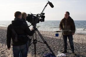 Der NDR filmt die Entstehung eines Aquarells von Frank Koebsch am Nienhäger Strand (c) Sophia Vortmann (1)