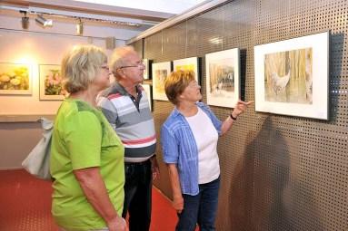 Die Besucher der Ausstellung im Rostocker Zoo interessierten sich besonders für die Kranich Aquarelle