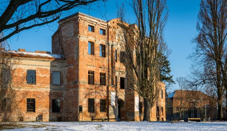 Schlossruine Dahme mit dem Kornspeicher rechts