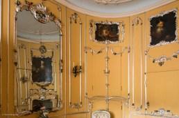 Im gelb-versilberten Kabinett