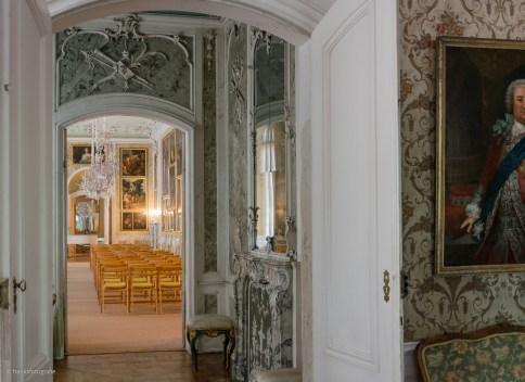 Blick durch das marmorierte Kabinett in den Galeriesaal