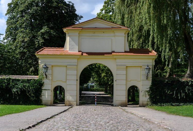 Schloss Dargun erkunden - Gelbes Tor