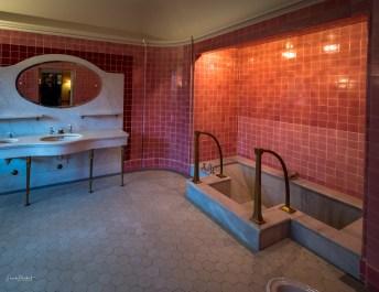 Die in den Boden eingelassene Badewanne
