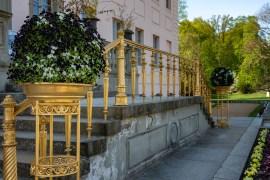 Das vergoldete Geländer an der Freitreppe zum Schlosseingang