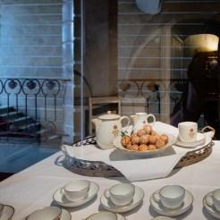 Vom Kaiserinnentreppenhaus hat man Einblick in eine kleine Teeküche mit Gebäck und Teeservice