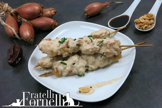 satay di pollo con arachidi