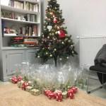 Le sapin de Noël avec les cadeau faits aux participants